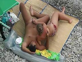 Дрочит своему парню на пляже 3 фотография